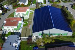 Die ganzflächig optimal integriere, 316 kW starke PV-Anlage deckt den Strombedarf des gesamten Areals