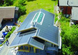 Die auf dem Süddach errichtete 14.7 kW starke PV-Anlage produziert rund 15'700 kWh/a.