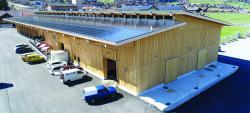 Die elegante und schlicht gehaltene Simmental Arena fügt sich sehr gut in die Umgebung ein.