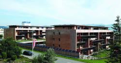 Die 77 kW starke PV-Anlage erstreckt sich über die beiden Dächer, die Balkonbrüstungen und die Lärmschutzwand.