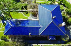 Die 51.1 kW starke PV-Anlage ist ganzflächig optimal in das Dach integriert und produziert rund 42'300 kWh/a Solarstrom.