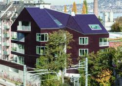 Die gesamte Gebäudehülle des MFH-Neubaus Solaris produziert rund 31'800 kWh/a und und deckt 47% des Gesamtenergiebedarfs von 68'000 kWh/a.
