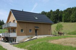 Vorbildlich seiten-, first- und traufbündig ganzflächig ist die PV-Dachanlage integriert. Die Solarthermie-Vakuumröhren-Anlage an den Balkon-Brüstungen und die PV-Anlage generieren jährlich 28'900 kWh Energie.