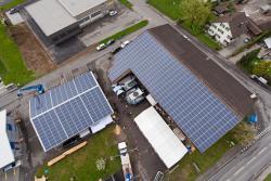 Gesamtansicht auf die PV-Anlagen auf dem Dach der Sieber Holzbau AG
