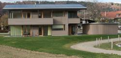 Südansicht des DEFH. Die Architektur ist auf passive Solarnutzung ausgerichtet. Zusammen mit der guten Wärmedämmung ergibt sich ein tiefer Energiebedarf von 11'500 kWh/a.