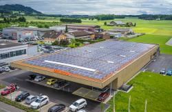 Der erste PlusEnergie-Supermarkt der Schweiz ist architektonisch unauffällig und ganz im traditionellen Design der Migros gehalten.