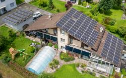 Blick auf das sanierte DFH in Eschenbach. Die PV-Anlagen auf dem Schrägdach und der Garage produzieren 26'800 kWh/a.