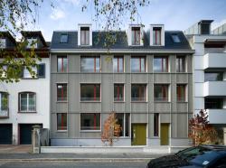 Frontansicht des Neubaus in Basel. Die vollflächig, first-, seiten- und traufbündig integrierte PV-Anlage produziert jährlich 13'700 kWh.