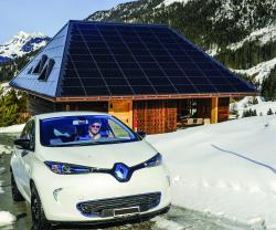 Südwestfassade des neu erstellten PlusEnergie-Geschäfts- und Wohnhauses in Sörenberg/LU mit dem Renault Zoe, welcher mit dem Solarstromüberschuss knapp sechs Mal die Welt umrunden könnte.