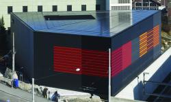 Gesamtansicht des ewl-Unterwerks Steghof in Luzern mit der perfekt dachintegrierten 96 kW starken PV-Anlage.