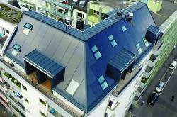 Blick auf die perfekt seiten-, trauf-, first-, und dachbündig integrierte, 34.4 kW starke PV-Anlage des MFH in der Luzerner Neustadt.