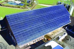 Die grösste dachintegrierte PV-Anlage auf dem Süddach des Stalls mit einer Hinterlüftung, deren Wärme zur Heutrocknung dient.