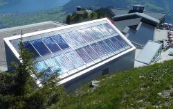 Bergstation der Stanserhornbahn. Die ganzflächig integrierte 56 m2 grosse thermische Solaranlage liefert 25'000 kWh/a. Die PV-Anlage rechts im Bild produziert 22'000 kWh/a.
