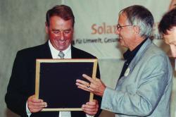 Bundespräsident und Energieminister Adolf Ogi anlässlich der 10. Schweizer Solarpreisverleihung am 31. August 2000 in Flums mit Kurt Köhl, Direktor Flumroc (rechts).