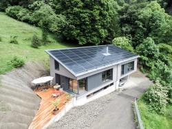 Beim Einfamilienhaus setzte die Bauherrschaft auf nachhaltige Baumaterialien. Der Holzelementbau wurde z. B. mit Zellulosefaser gedämmt.