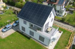 Südansicht des Neubaus. Der Gesamtenergiebedarf des PlusEnergieBaus liegt bei rund 9'250 kWh/a, der Solarstromüberschuss bei 8'330 kWh/a.